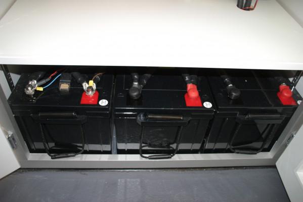 lambert-gmbh-goeppingen-marktsysteme-marktbedarf-verkaufsfahrzeuge-ecostar-imbiss-detail-batterie
